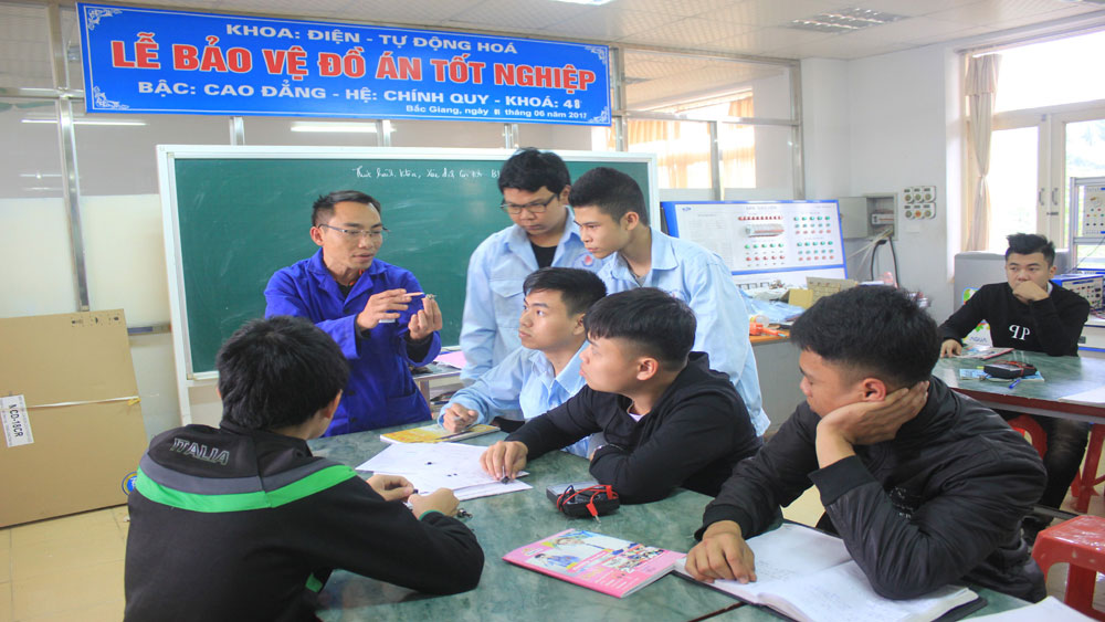 Career consultation,  youth and students, Bac Giang province, FPT Telecom Company, job opportunities, linked training cooperation activities