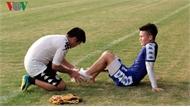 Quang Hải dính chấn thương, tập tễnh rời buổi tập của Hà Nội FC