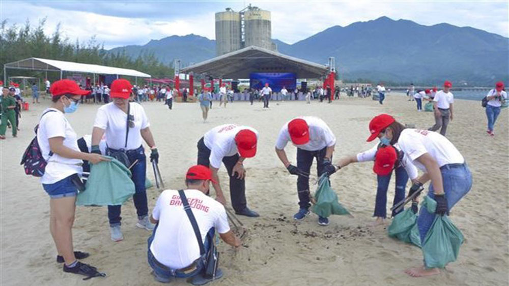 800 volunteers, Da Nang beach, Kim Lien beach, plastic waste, sustainable future, environmental conservation activities, community communications