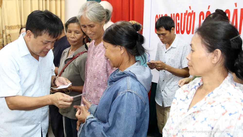 thẻ BHYT, trao tặng, người dân, tỉnh Bắc Giang