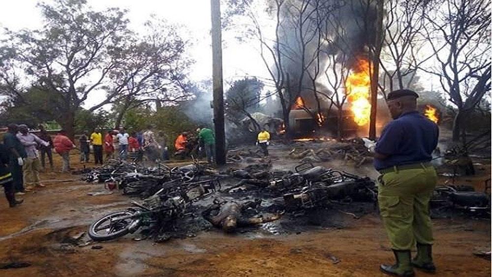 Hối hả, xách can 'hôi' dầu, xe bồn gặp nạn, 61 người bị thiêu cháy