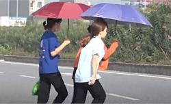 """Bắc Giang: Công nhân """"đùa với tử thần"""" lũ lượt băng qua cao tốc đi làm"""