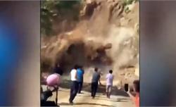 Mải quay phim điểm sạt lở, người dân suýt bị khối đá lớn đè trúng người