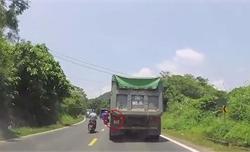 Xi nhan phải không cho vượt, hành động của tài xế xe ben gây cảm kích