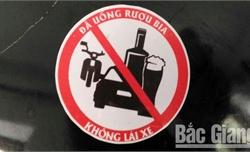 Bộ CHQS tỉnh Bắc Giang thiết kế 1.000 tem dán tuyên tuyền an toàn giao thông