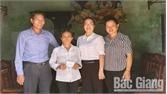 Lạng Giang: Trao thẻ Bảo hiểm y tế cho người có hoàn cảnh khó khăn