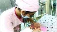 Bé trai 1 ngày tuổi nguy kịch vì hít phân su từ trong bụng mẹ