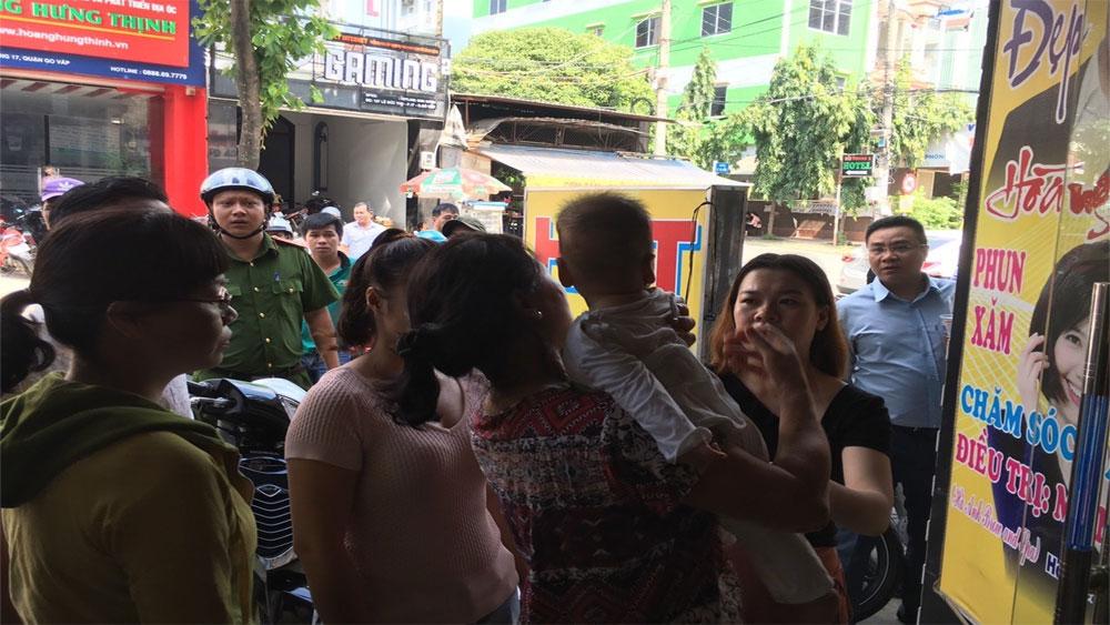 Phá cửa thang máy cứu bé trai 8 tháng tuổi và bà nội đang la hét ở TP Hồ Chí Minh