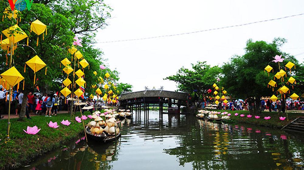 Thua Thien-Hue, monthly night fair, Thanh Toan bridge, folk games, choi singing performances, traditional agricultural, popular tourist destination