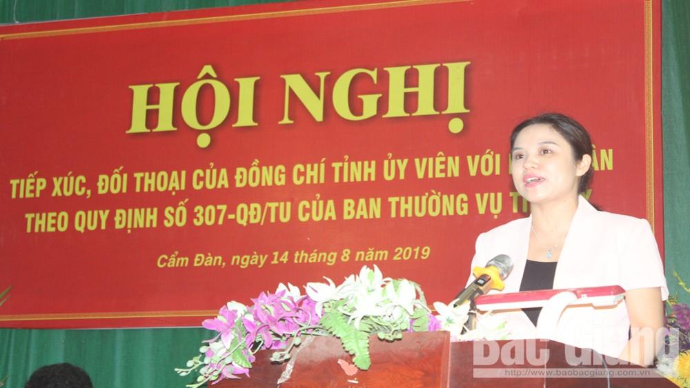 Các đồng chí lãnh đạo Ban Dân vận Tỉnh ủy và huyện Sơn Động tiếp xúc, đối thoại với nhân dân