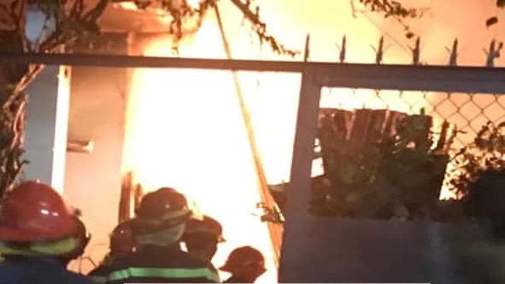 Dân leo rào phá cửa giải cứu gia đình 4 người bị lửa bao trùm