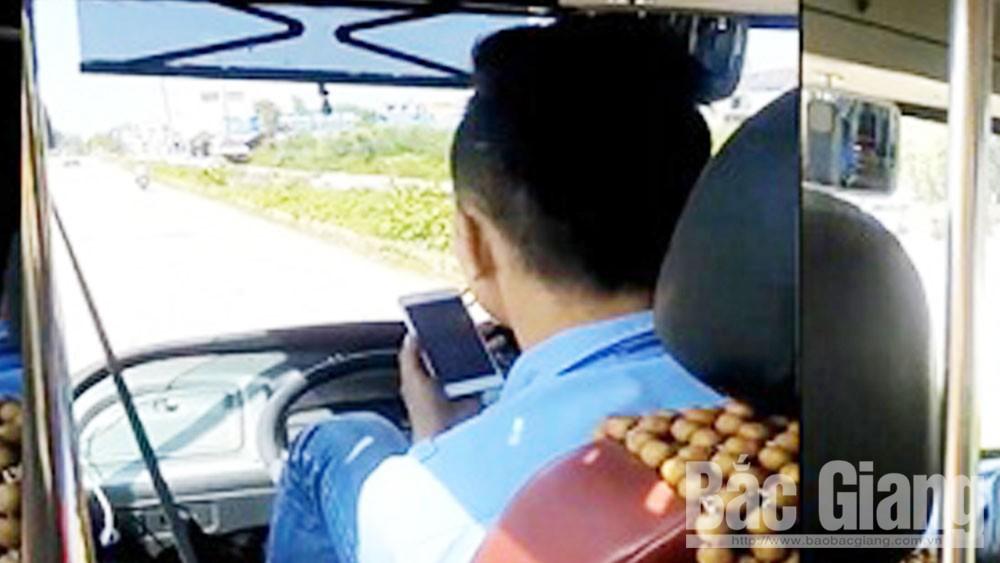 Sử dụng điện thoại khi lái xe: Vi phạm nhiều, xử lý ít