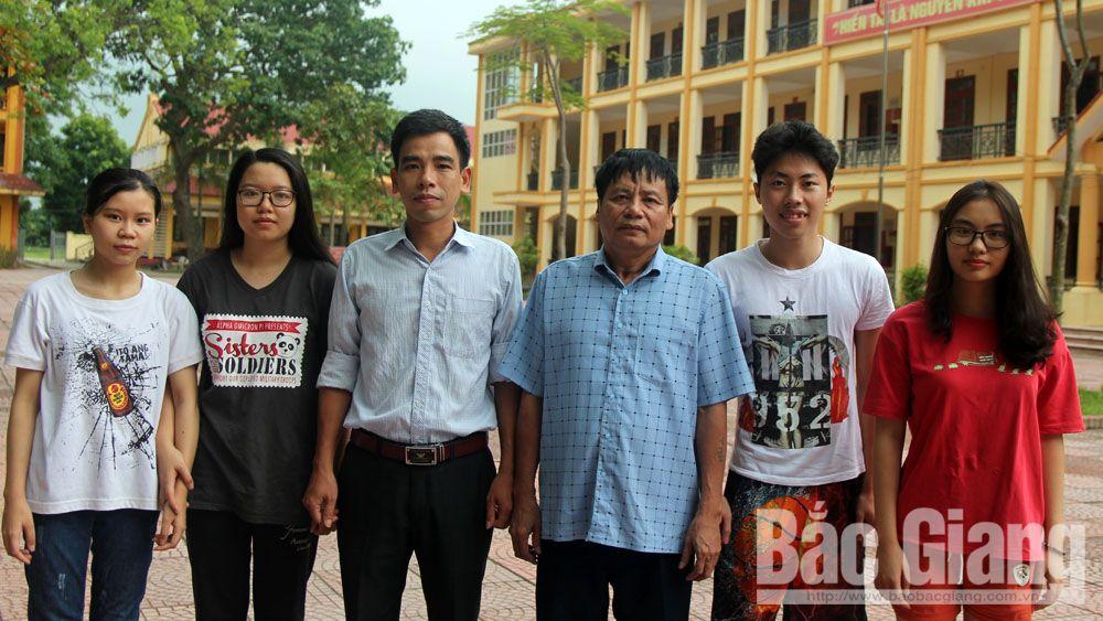 Nhà giáo Ưu tú Tiêu Thanh Tuyết, Hiệu trưởng Trường THPT Việt Yên số 1 cùng giáo viên và một số học sinh lớp 12A0, niên khóa 2016-2019.