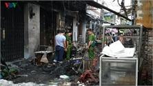 Hàng trăm bình gas mini bắt lửa gây hỏa hoạn, hơn 10 người bị mắc kẹt