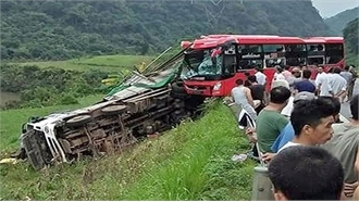 Xe khách đâm xe tải đỗ ven đường, 2 người chết, 14 người bị thương