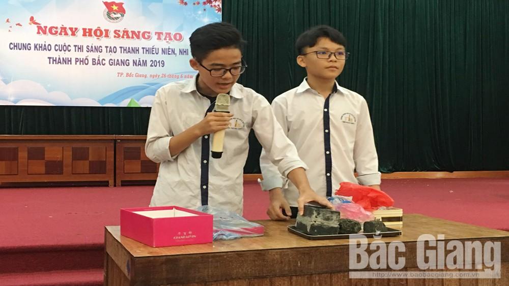 Đại diện nhóm tác giả thuyết minh sản phẩm tại Cuộc thi sáng tạo thanh thiếu niên, nhi đồng TP Bắc Giang năm 2019.