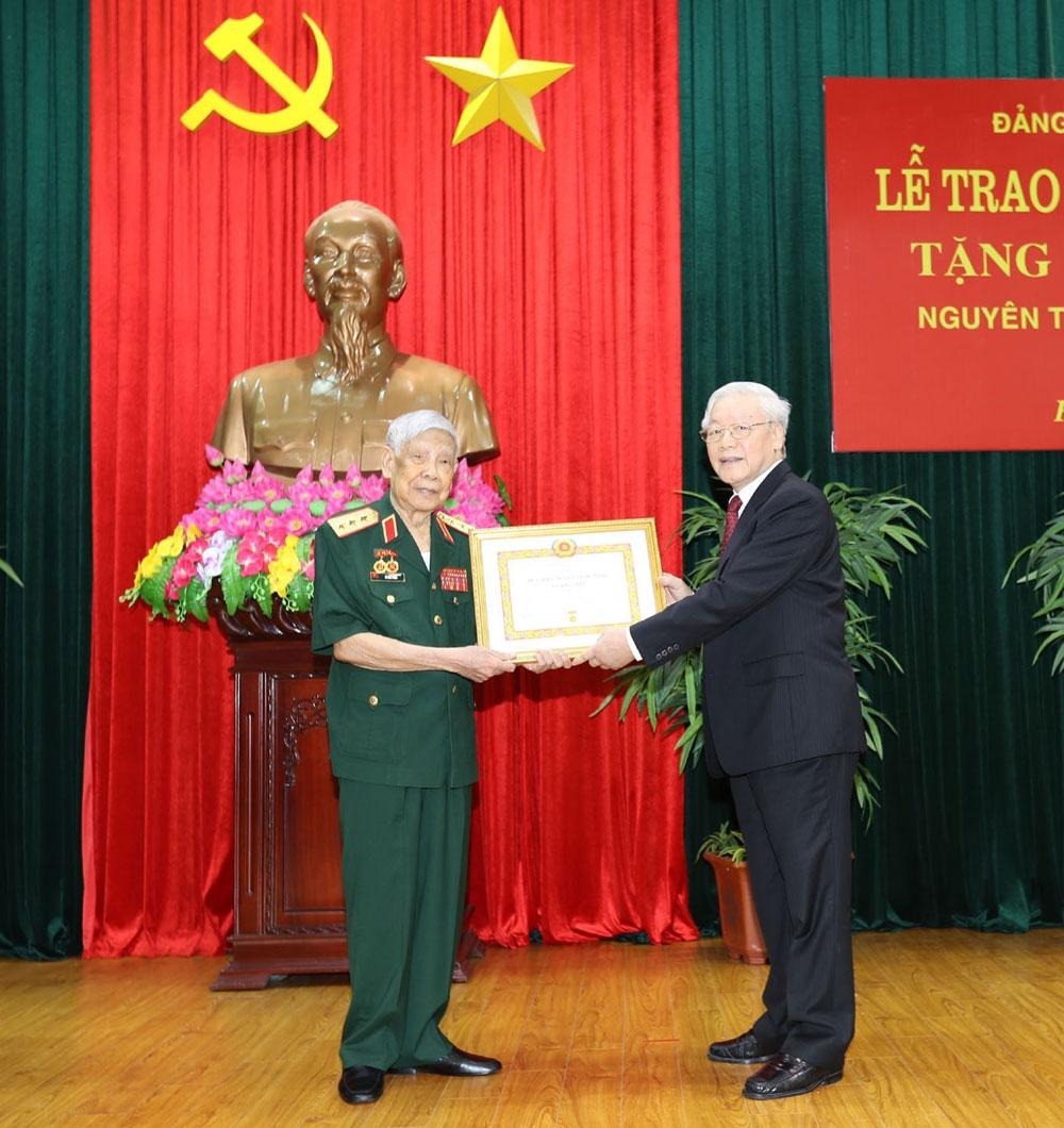 Tổng Bí thư, Chủ tịch nước Nguyễn Phú Trọng, trao Huy hiệu 70 năm tuổi Đảng, nguyên Tổng Bí thư Lê Khả Phiêu