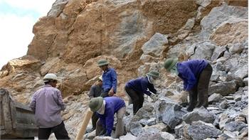 Ba công nhân bị đá đè thương vong tại Quảng Trị