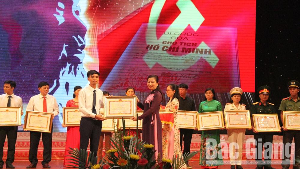 Phó Bí thư Thường trực Tỉnh ủy; Lê Thị Thu Hồng, phát biểu, điển hình tiên tiến, học và làm theo Bác