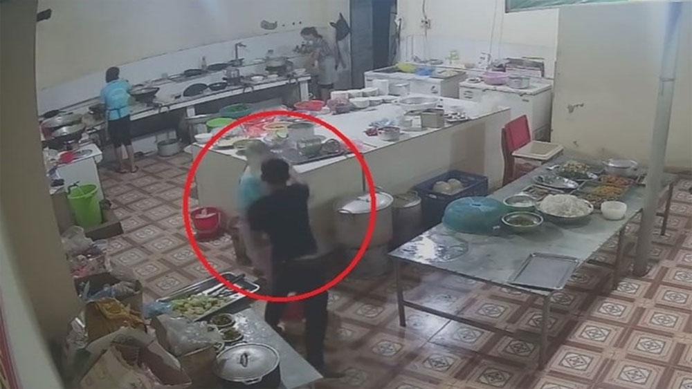 Video, ghi cận cảnh, mặt kẻ hắt axit, nữ phụ bếp, Hòa Bình, nghi phạm tạt a xít,  trạm dừng nghỉ Như Ngọc 358