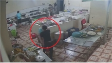 Video ghi cận cảnh mặt kẻ hắt axit vào nữ phụ bếp ở Hòa Bình