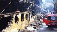 Lính cứu hỏa căng mình dập đám cháy kho bóng đèn
