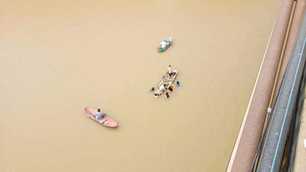 Officer at Division No 306, Bac Giang province, Army Corps No 2, saves woman, jumping off bridge, Luc Nam river