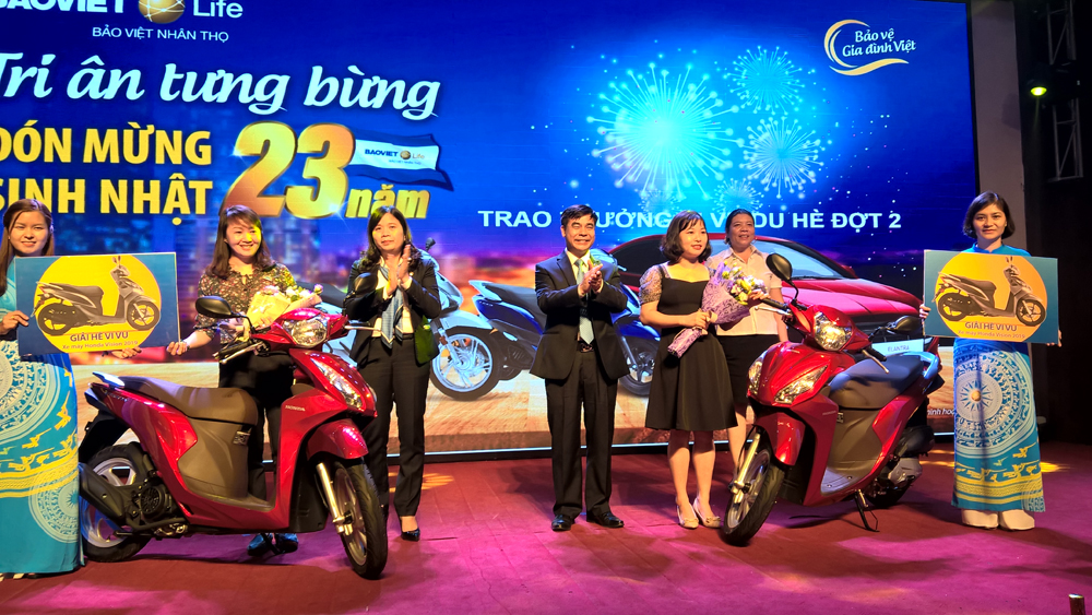 BVNT Bắc Giang trao thưởng 2 xe máy trong Chương trình khuyến mại Vi vu du hè và chi trả quyền lợi bảo hiểm cho khách hàng ở Hiệp Hòa và Tân Yên