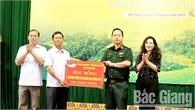 """Trao 520 suất học bổng """"Vì em hiếu học""""  cho học sinh nghèo Bắc Giang"""