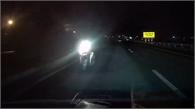 Xe máy phóng ngược chiều trong đêm trên cao tốc Hà Nội - Bắc Giang