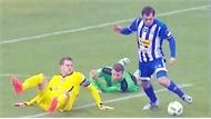 Clip: Cầu thủ sút ra ngoài khi đi bóng qua hậu vệ và thủ môn