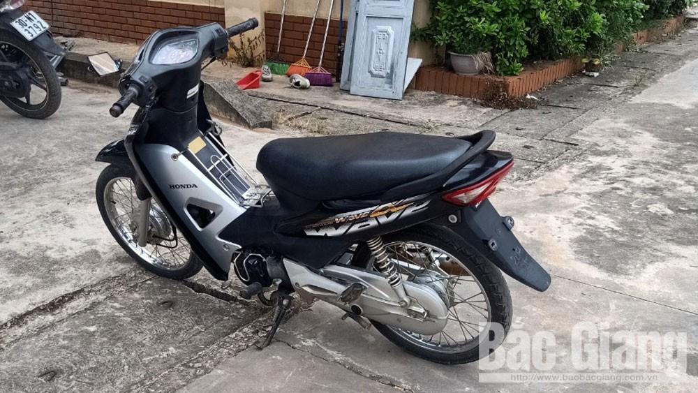 Tiếp nhận đối tượng trộm cắp xe máy ra đầu thú