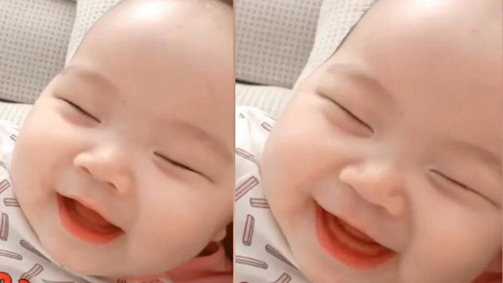 Em bé cười sảng khoái khi đang ngủ