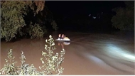 Taxi chở ba người lao xuống sông