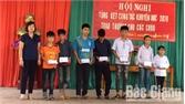 Tặng quà cho học sinh nghèo trước thềm năm học mới