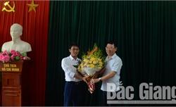 Phó Chủ tịch UBND tỉnh Lê Ánh Dương chúc mừng Nhà hát Chèo Bắc Giang và Nghệ sĩ ưu tú Anh Tuấn