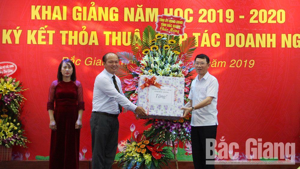Đồng chí Lê Ánh Dương tặng hoa chúc mừng nhà trường trong lễ khai giảng.