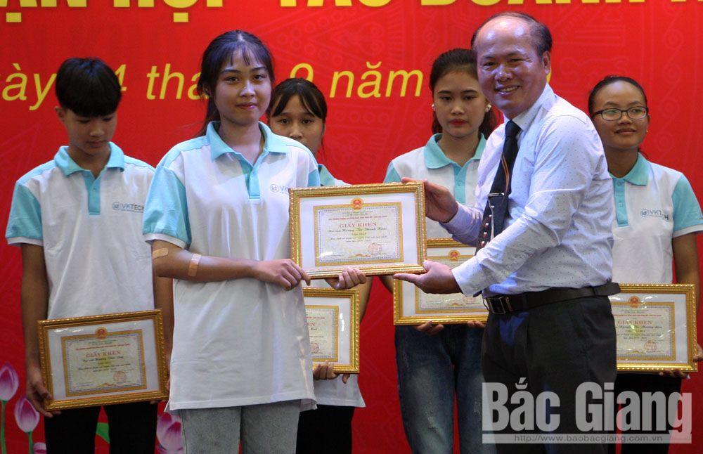 Ông Nguyễn Công Thông, Hiệu trưởng nhà trường trao giấy khen cho các em có điểm đầu vào khóa mới cao nhất.