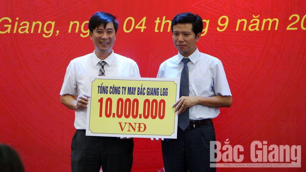 Đại diện lãnh đạo nhà trường nhận học bổng cho học sinh của Khoa May thời trang do Công ty cổ phần Tổng Công ty May Bắc Giang LGG trao.