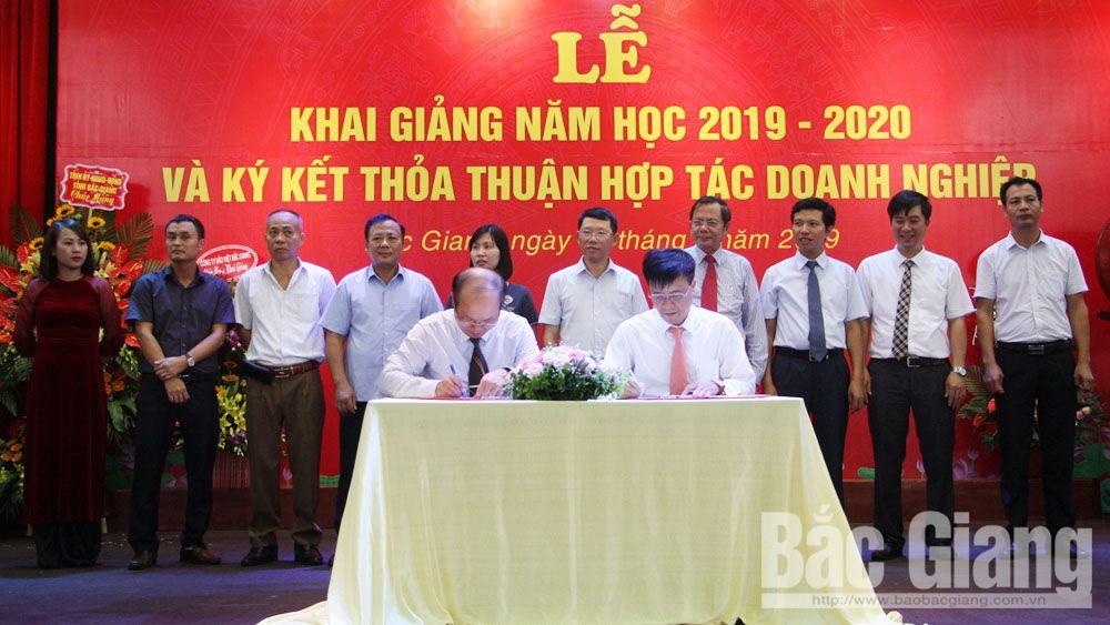Lãnh đạo Trường Cao đẳng Nghề công nghệ Việt - Hàn và đại diện doanh nghiệp ký thỏa thuận hợp tác đào tạo, cung ứng nhân lực.