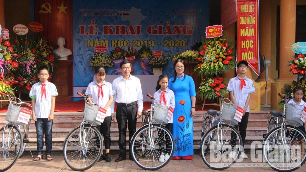 Agribank,  Agribank Chi nhánh Bắc Giang II,  tặng xe đạp cho học sinh nghèo, tặng quà học sinh nghèo, Trường THCS Tân Sơn, trao 50 triệu đồng
