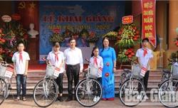 Agribank Chi nhánh Bắc Giang II tặng quà nhân dịp năm học mới