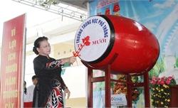 Chủ tịch Quốc hội Nguyễn Thị Kim Ngân đánh trống khai giảng tại Đồng Tháp