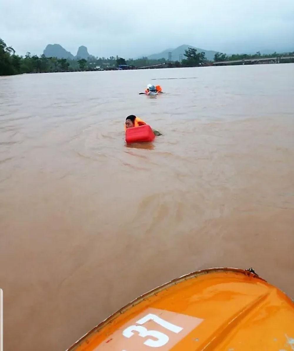 Đi thị sát vùng lũ, Phó Chủ tịch huyện, bị lật thuyền, trôi gần 1km