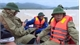 Đi thị sát vùng lũ, Phó Chủ tịch UBND huyện cùng nhiều cán bộ bị lật thuyền trôi gần 1km