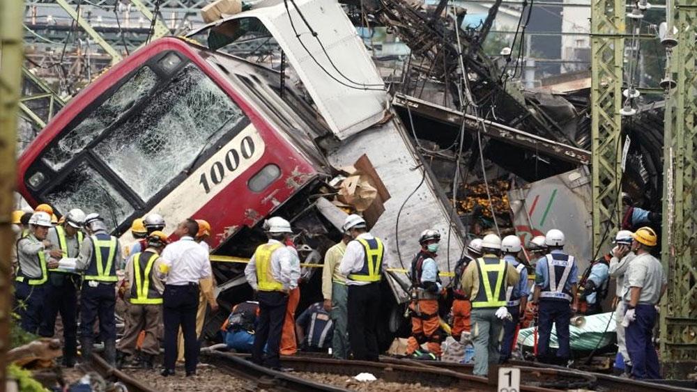 Nhật Bản, Tàu hỏa, đâm xe tải, một người thiệt mạng, 30 người bị thương