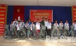 Hội Cựu chiến binh và Đoàn Các cơ quan tỉnh trao quà cho học sinh dịp năm học mới