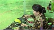Chủ tịch Quốc hội Nguyễn Thị Kim Ngân đổ bánh xèo đãi bà con Đồng Tháp
