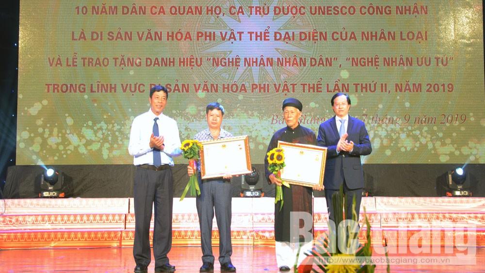 Thừa ủy quyền của Chủ tịch nước, đồng chí Bùi Văn Hải và đồng chí Tạ Quang Đông trao danh hiệu Nghệ nhân Nhân dân cho các nghệ nhân.