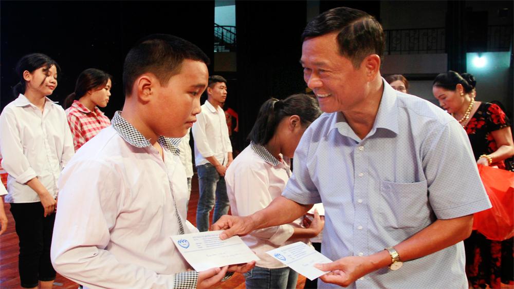 """Chương trình """"Chắp cánh ước mơ"""" cho trẻ em nghèo lần thứ 4: Hành trình kết nối yêu thương"""